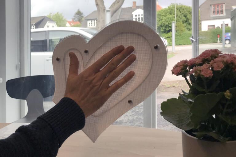 Lokalt lydtransmissionsfelt i polycarbonat ruden udformet som en hånd